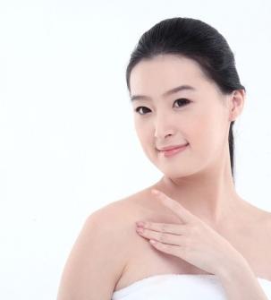 胸前疤痕疙瘩10年切除近3个月对比图