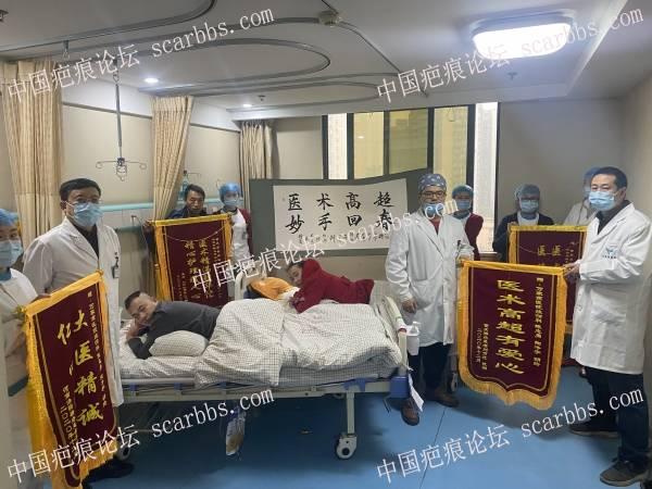 12月28日温馨的一幕:褥疮患者李灿学赠锦旗和字画以感谢我院烧伤科医护人员